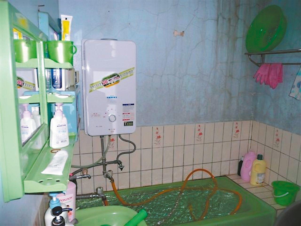 戶外型熱水器裝在室內,廢氣無法排出,易發生一氧化碳中毒。 圖/彰化縣消防局提供