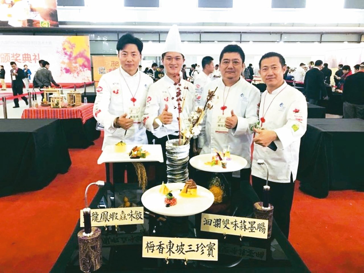 花蓮四維高中校友方昱翔(左2)首次出國比賽,就獲得國際廚藝競賽金牌獎。 圖/四維...