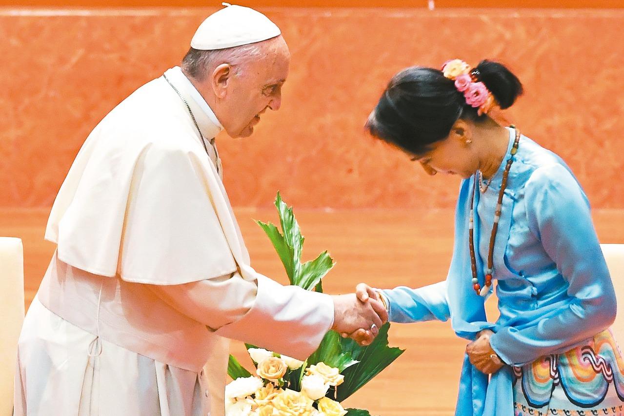 天主教教宗方濟各(左)廿八日與緬甸領導人翁山蘇姬(右)一同會見緬甸各界領袖與外國...