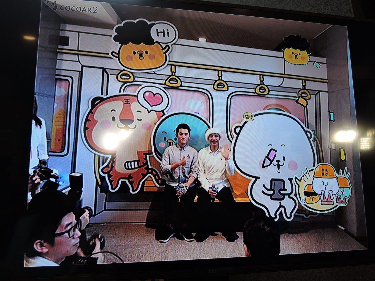 新北市歡樂耶誕城找來型男插畫家熊秋葵(左)設計專屬的貼圖昨天上線,市府一樓大廳也...