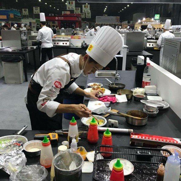花蓮四維高中校友方昱翔,赴上海參加國際廚藝競賽獲得金牌獎。 圖/四維高中提供