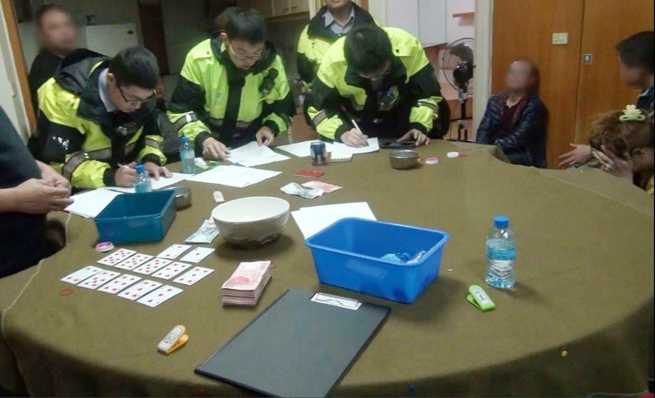 台北市警察局萬華分局日前在康定路一處住宅大樓查獲俗稱「十八仔職業賭場」,共逮23...