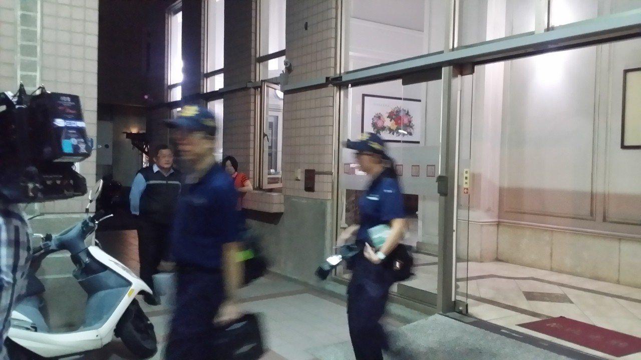 台中市昨天發生疑似姐妹相約自殺案,妹死姐重傷急救,警方鑑識人員到場採證。 記者游...