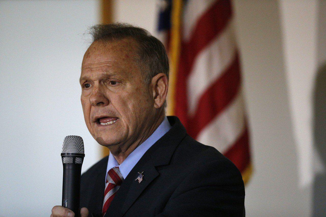 阿拉巴馬州聯邦參議員共和黨候選人摩爾受到性騷擾指控後,聲望曾一路下跌,但如今民調...
