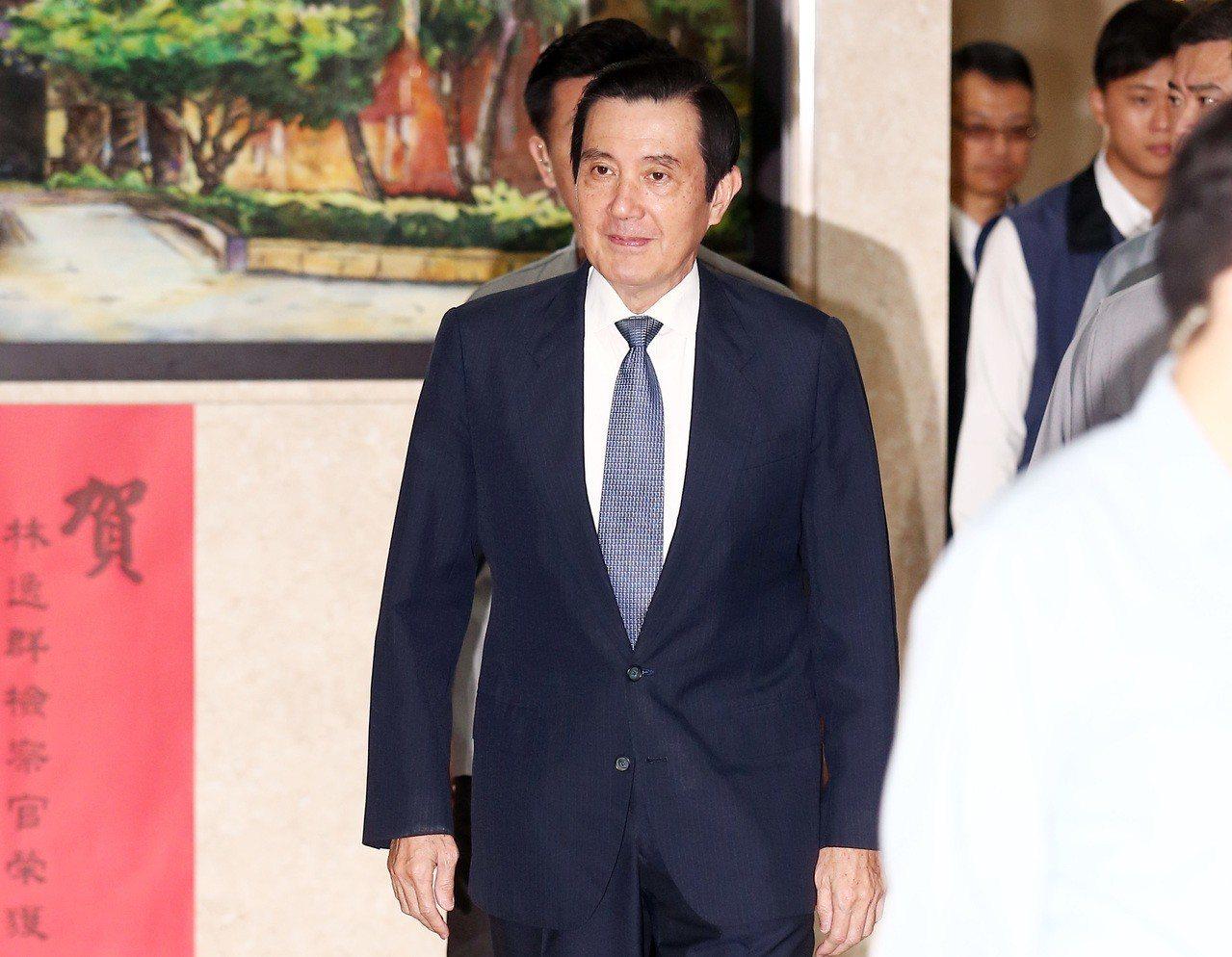 台北地檢署上午首度以他字案被告身分,傳訊任內處理三中案的國民黨前黨主席馬英九到庭...