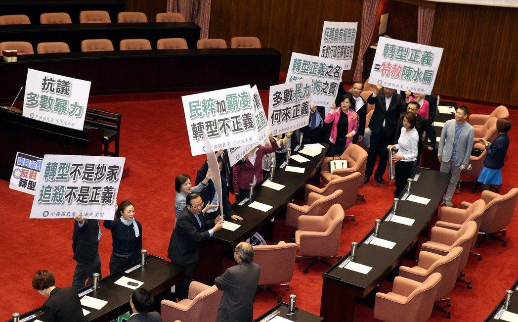 民進黨提出「促進轉型正義條例草案」,去年四月透過表決付委審查,國民黨認為「促轉會...