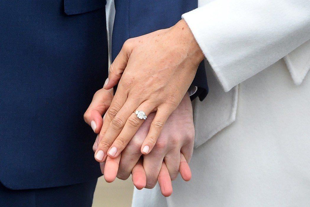 哈利王子以母親曾擁有的鑽石婚戒,套牢美國女演員梅根馬可。 歐新社