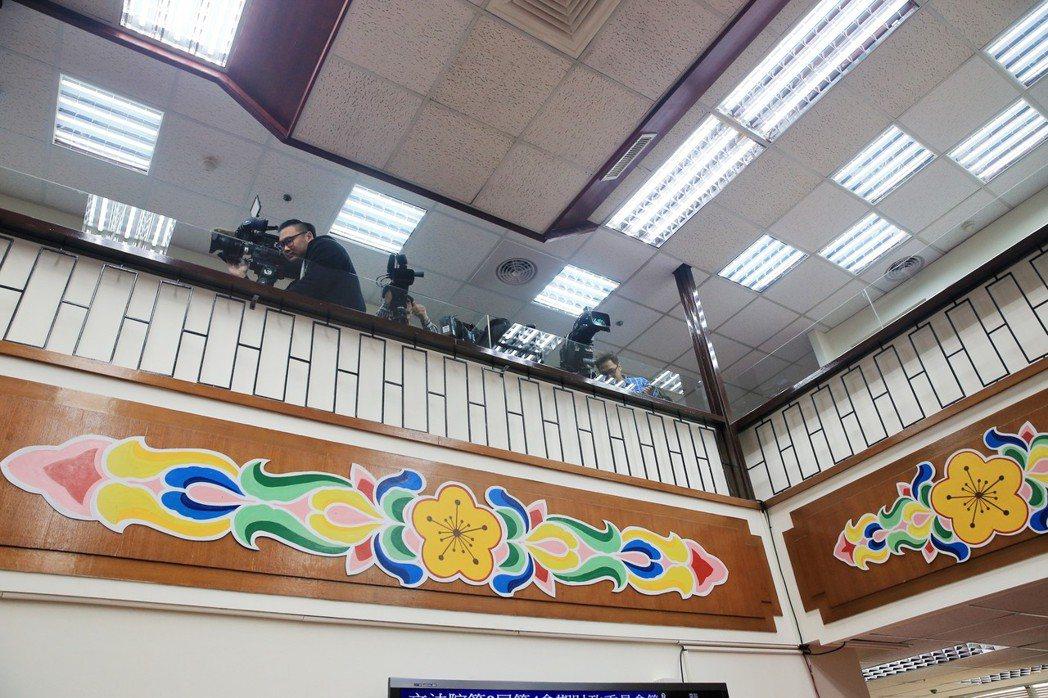 立法院財委會日前質詢慶富案,媒體被趕到九樓二樓上方狹小、安全堪虞的隔離區。 圖/...