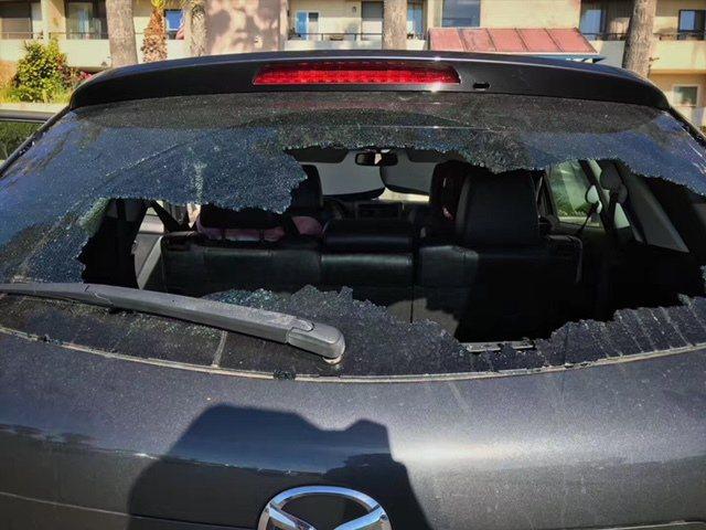 有民眾日前在洛杉磯Venice海灘停車場,車子後窗被砸碎。(讀者提供)