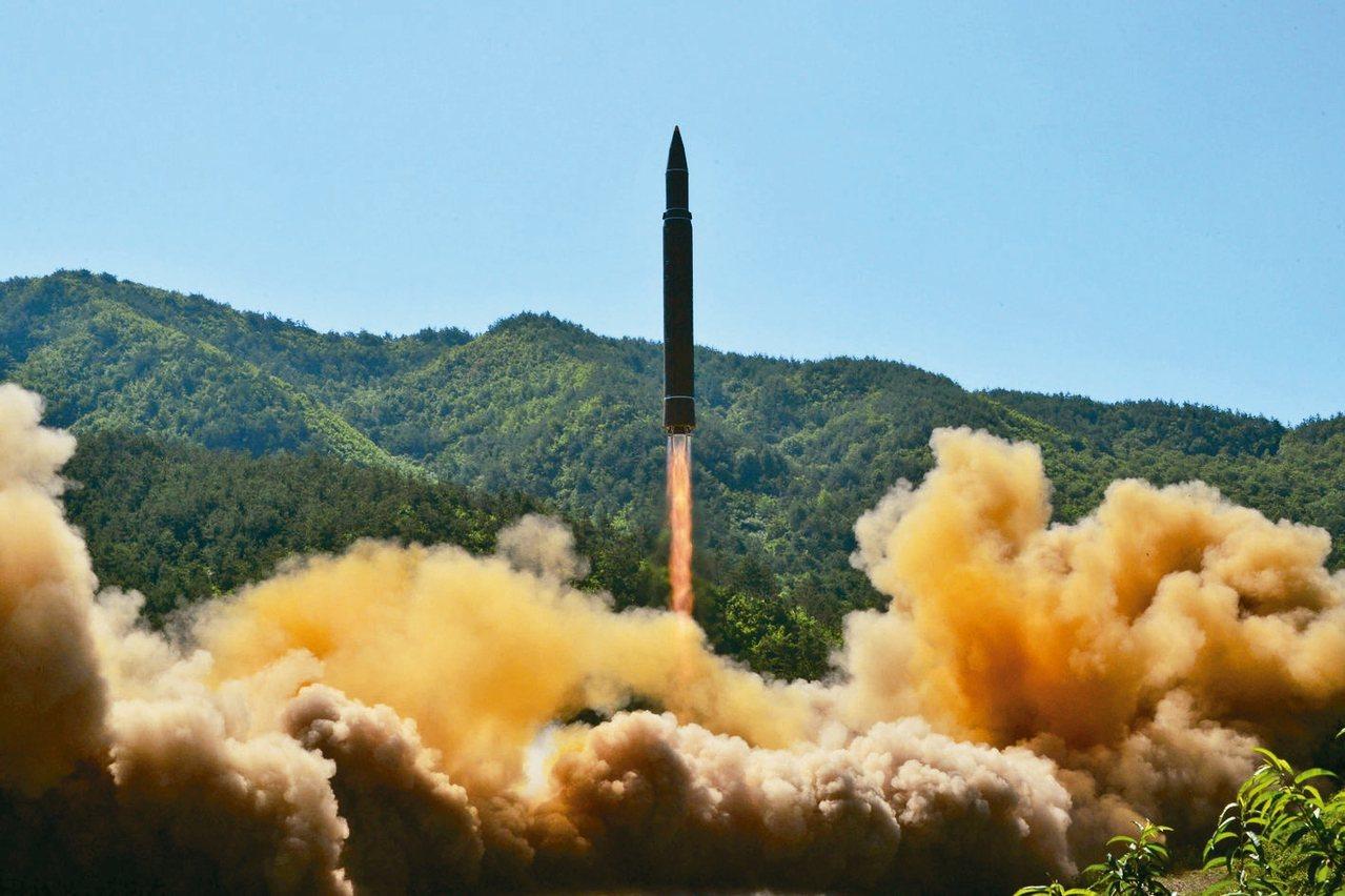 北韓試射新型洲際彈道飛彈,宣稱射程可涵蓋全美。圖為火星14型飛彈。 路透