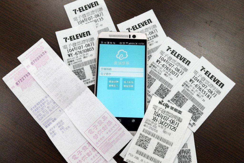 財政部長許虞哲今(14)日表示,為落實電子發票無實體化,將建置統一發票中獎清冊資...