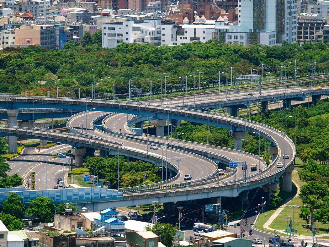國道10號就在仁武澄德重劃區旁,開車5分鐘。 攝影/張世雅