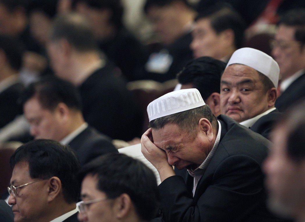 新中國成立之後,「回族」被重整納入「中華民族」。圖為中國人大會場上的少數民族代表...