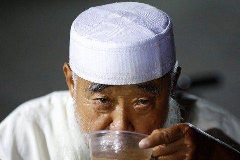 在不少遊記或報導裡,東干人被形容成「住在中亞一帶,講著陝甘方言、使用清末漢語詞彙...