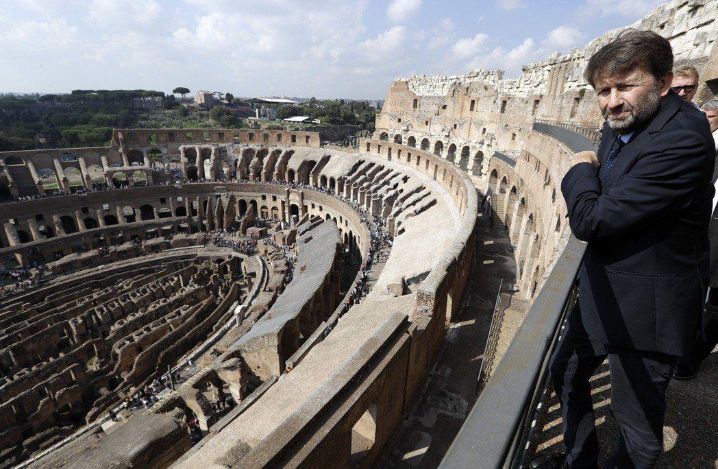 「我無法理解,假使到大競技場需要收費的話,為何到萬神殿卻不用?」圖為參觀大競技場...