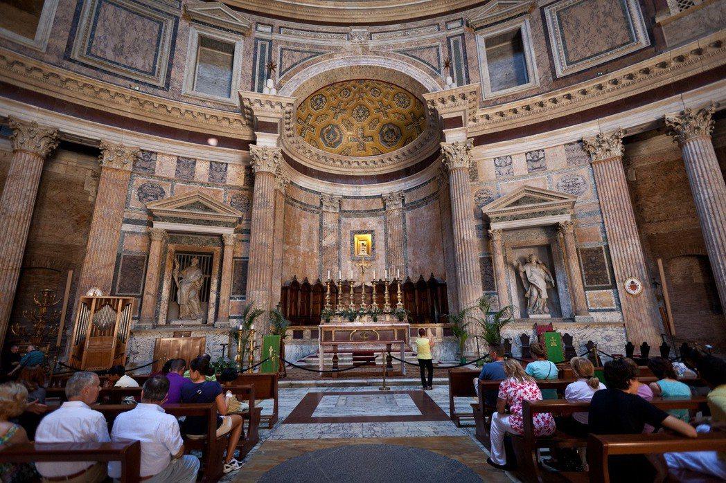 萬神殿其實是一座有著古蹟身分的教堂,因此面對是否收費的議題,天主教羅馬教區抱持保...