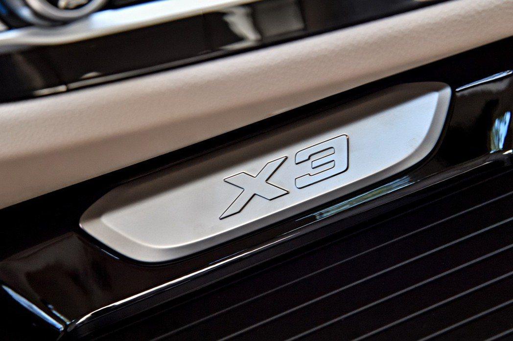 全新世代BMW X3嶄新的的內裝細節提升整體座艙質感,隨處可見X車系的獨有徽飾以純正血統印記刻劃X3獨一無二專屬座艙。 圖/汎德提供