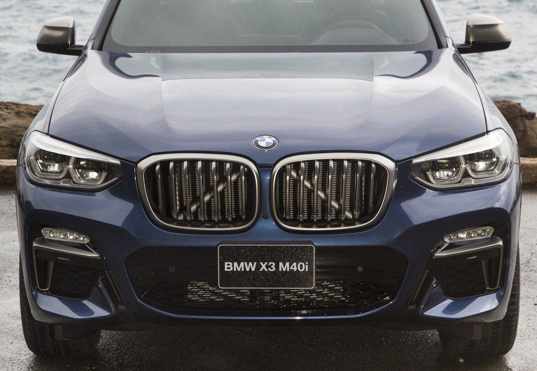 全新世代BMW X3更加開闊霸氣的雙腎形水箱護罩,突顯BMW X家族強烈運動基因。 圖/汎德提供