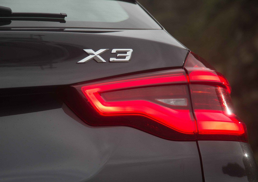 全新世代BMW X3全車系採獨特3D造型設計的全LED尾燈,打造精緻動感的立體車...
