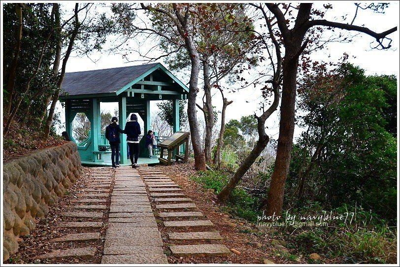 ↑鳳崎步道前段分上下線,分別設立一座涼亭,其中上線的綠色涼亭展望頗佳。