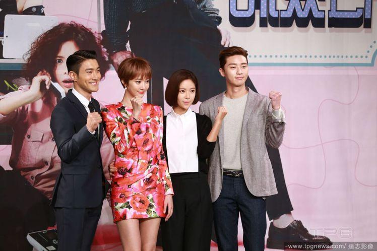 高準熹(左二)飾演韓劇《她很漂亮》女二人氣爆棚。圖/達志影像