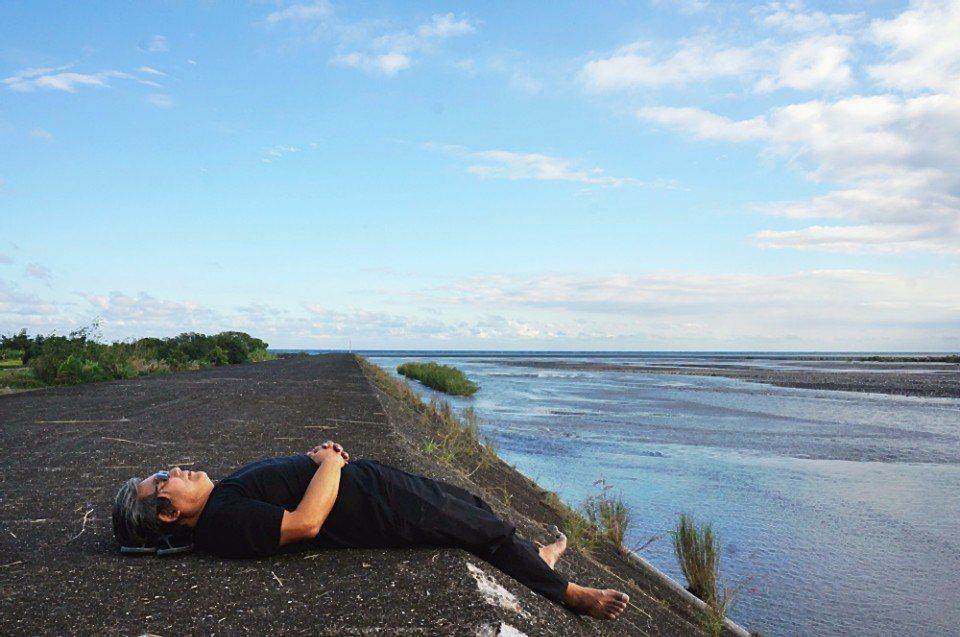 躺在堤防上休息是都市人最奢侈的享受。(攝影/林郁姍)