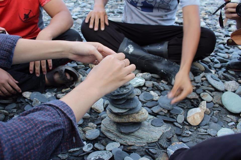 神秘海灘扁平的火成岩適合玩疊石子。(攝影/RTM)