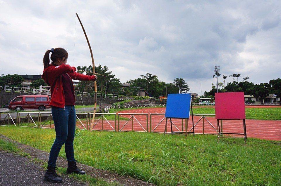 體驗泰雅族傳統射箭。(攝影/林郁姍)