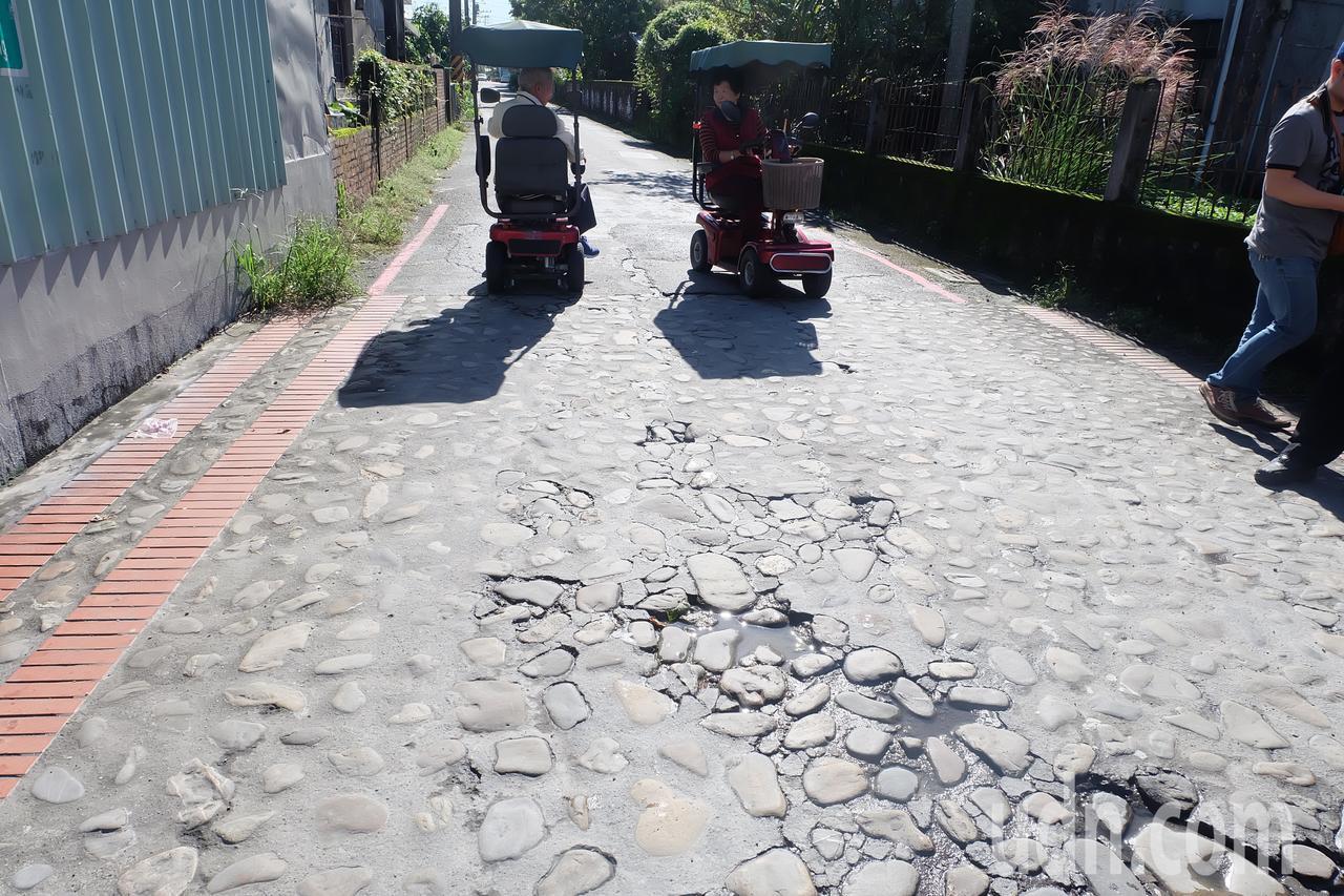 因應鄉內高齡人口比例高,老人家多以電動車代步,三星鄉公所近期會把鄉內所有鵝卵石鋪...