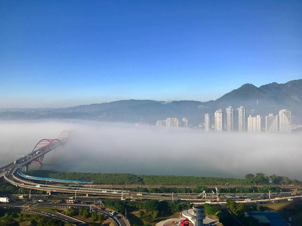 從關渡山上往淡水河看,河面壟罩一大片雲海。圖/關渡江小姐提供
