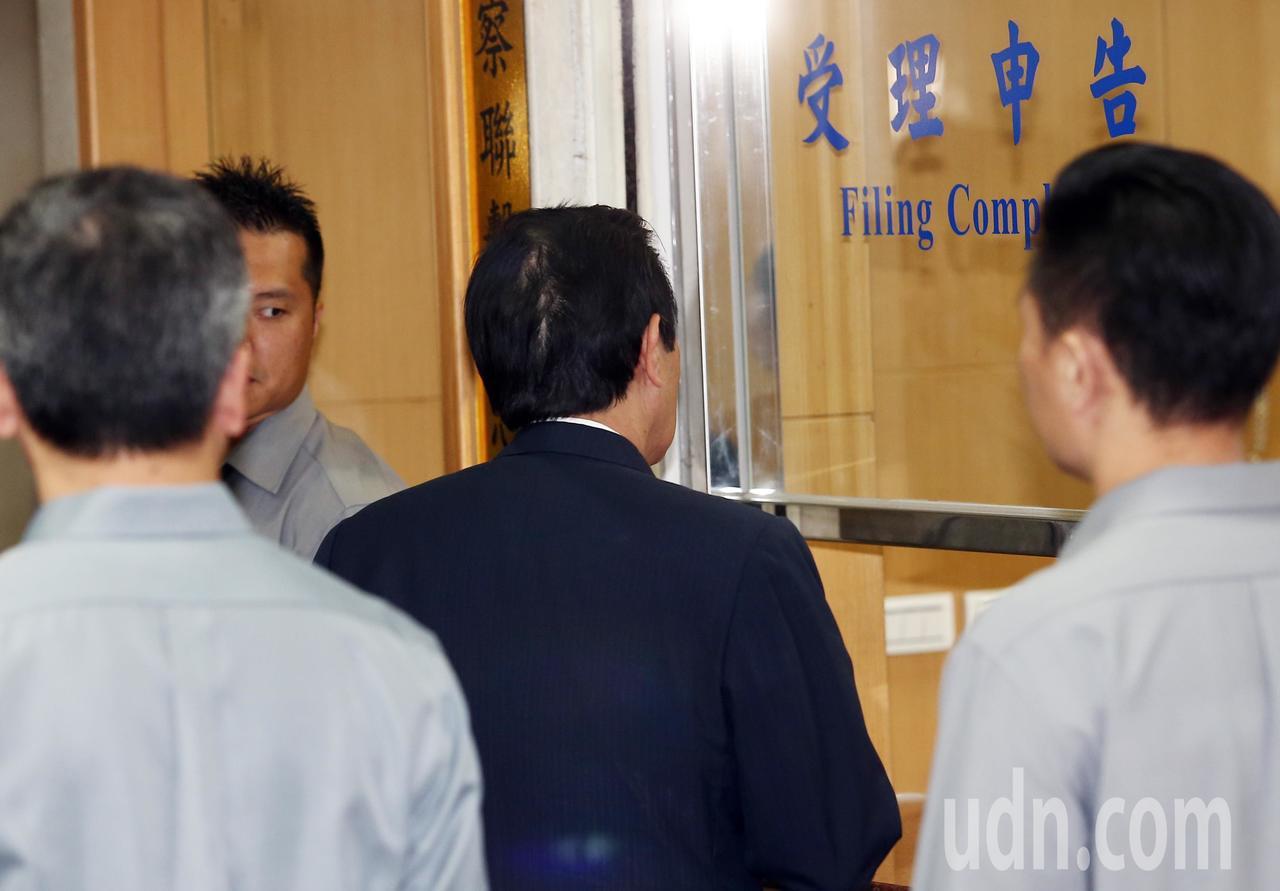 為釐清三中案,北檢上午國民黨前黨主席馬英九到庭,馬前總統到達北檢後親自走到報到櫃...