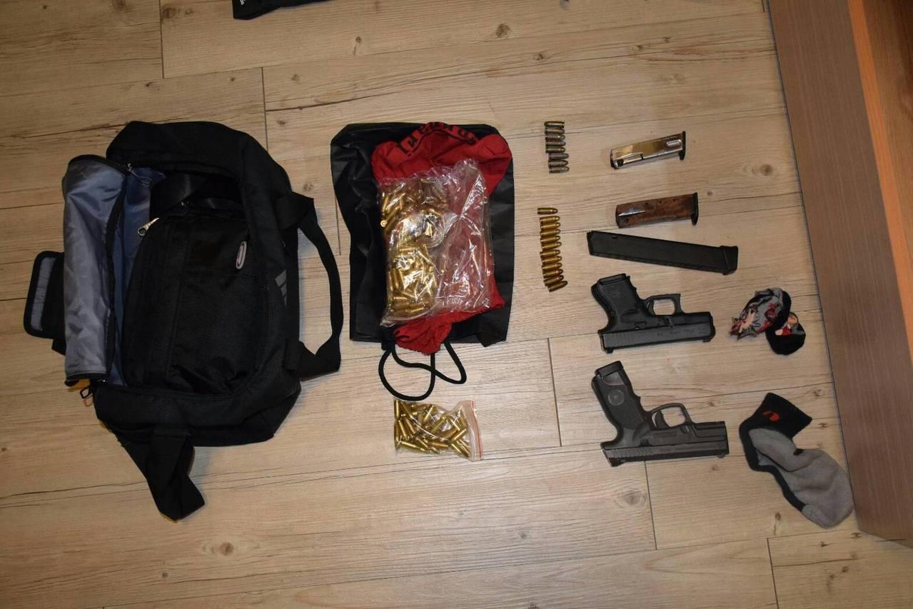 台中市警方查或小型軍火庫,還有罕見突擊步槍。記者游振昇/翻攝