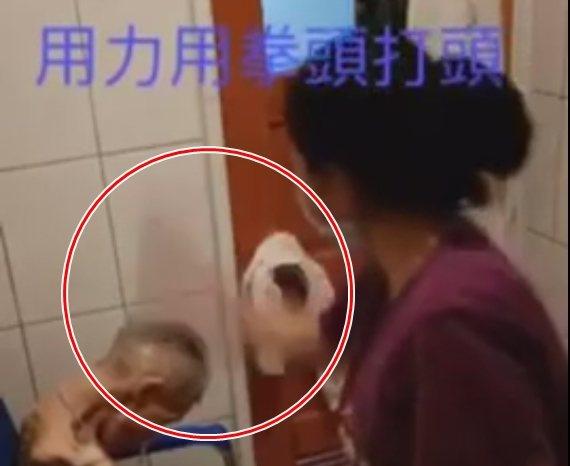 外籍看護工狠巴阿嬤的頭。圖/家屬提供
