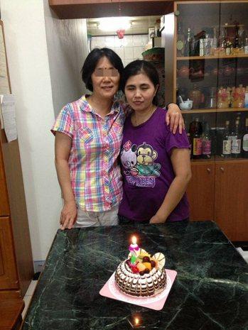 家屬說,她們待這名外籍看護工(右)不薄,卻發現她竟虐待阿嬤。圖/家屬提供