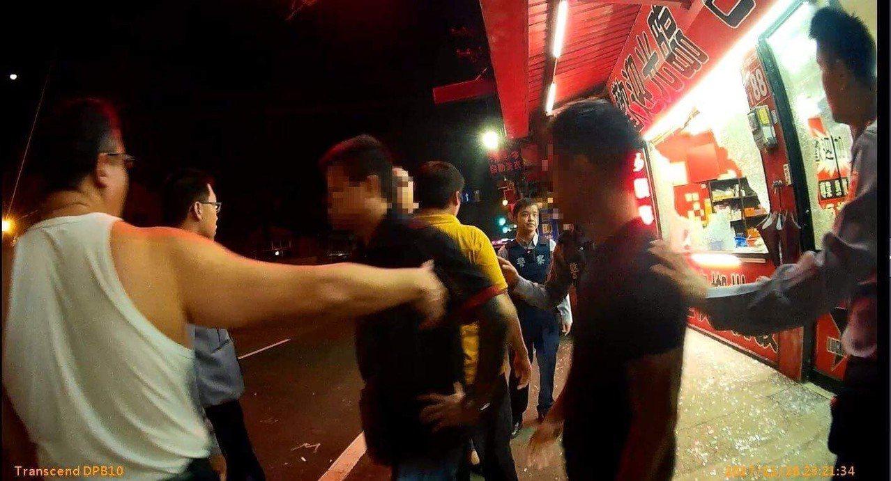 新竹縣竹東鎮昨天深夜11點,發生連續砸店案件。圖/警方提供