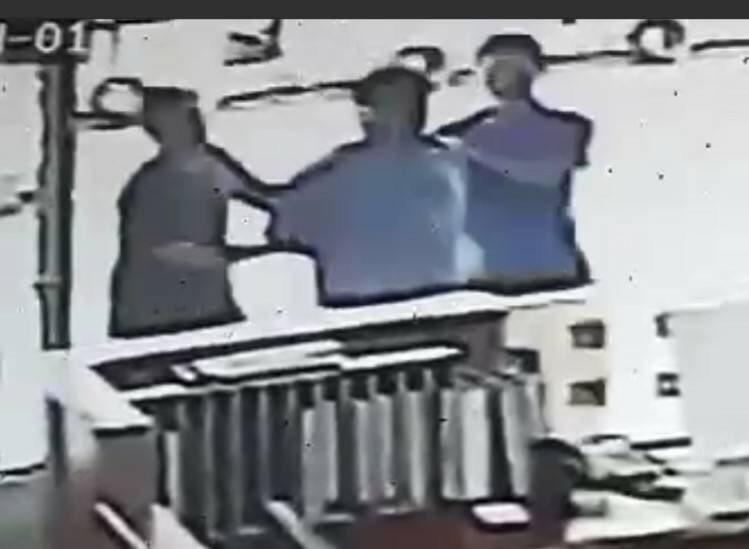 台南市曾姓男子(中)涉嫌毀損超商收銀機被警方帶回法辦。記者黃宣翰/翻攝