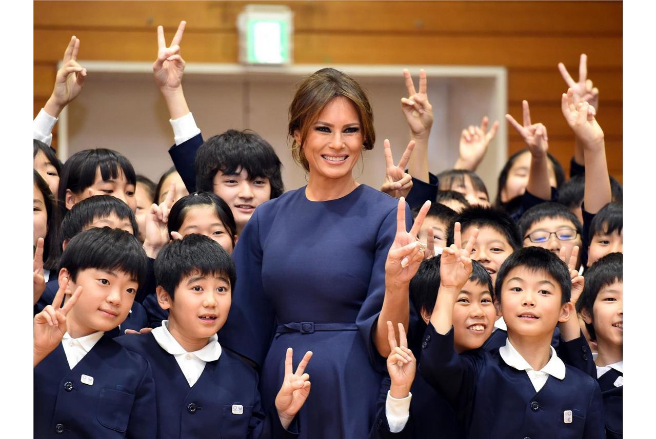 梅蘭妮亞川普身穿Dior秋冬洋裝拜訪日本的小學。(法新社)