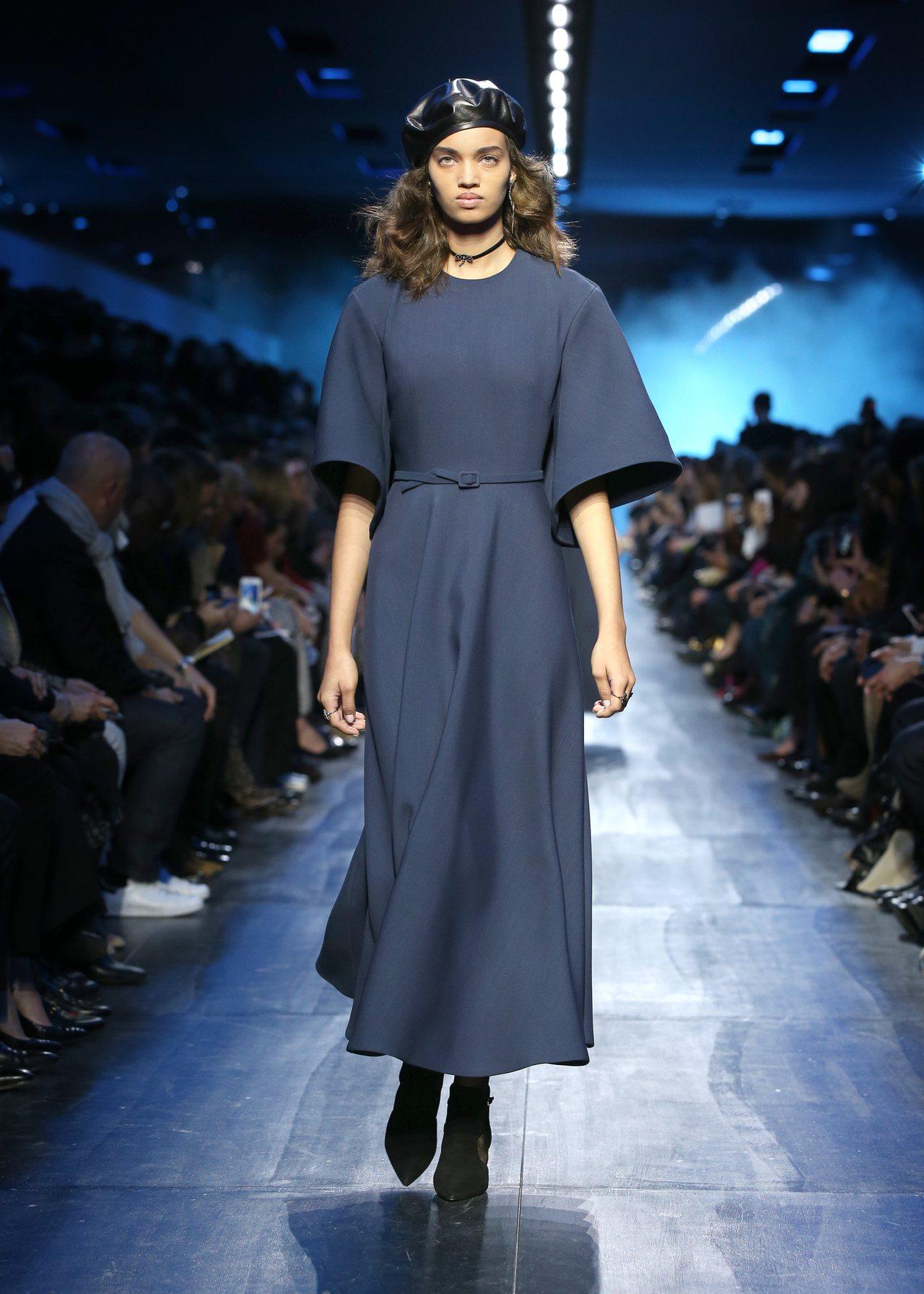 Dior秋冬藍色洋裝的簡潔優雅深受梅蘭妮亞川普喜愛。圖/Dior提供