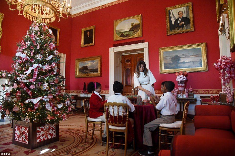 梅蘭妮亞川普和學童一起DIY耶誕裝飾品。(歐新社)