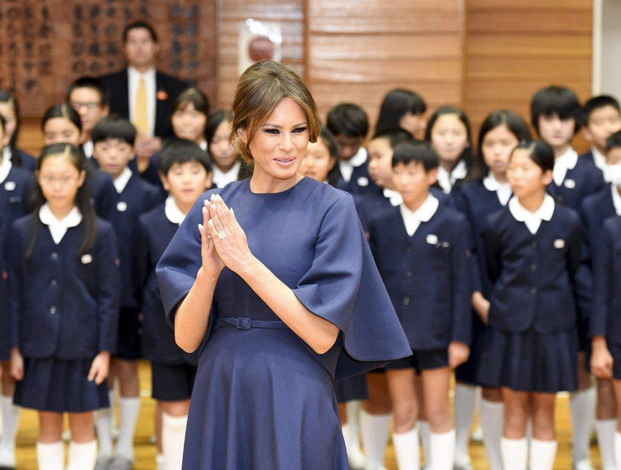 梅蘭妮亞川普以Dior秋冬系列的洋裝出席訪日行程。(法新社)