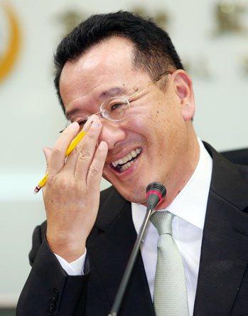 金管會主委顧立雄今天解釋,他和時力立委黃國昌,為什麼在吵屁話。記者杜建重/攝影。