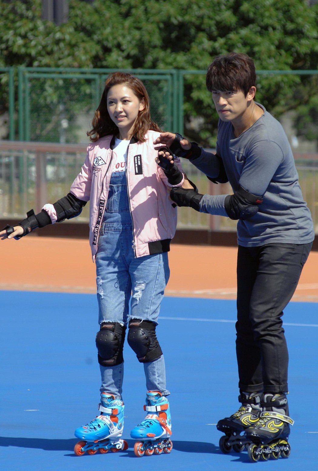 李政穎(右)和林玟誼拍溜冰戲。圖/華視提供