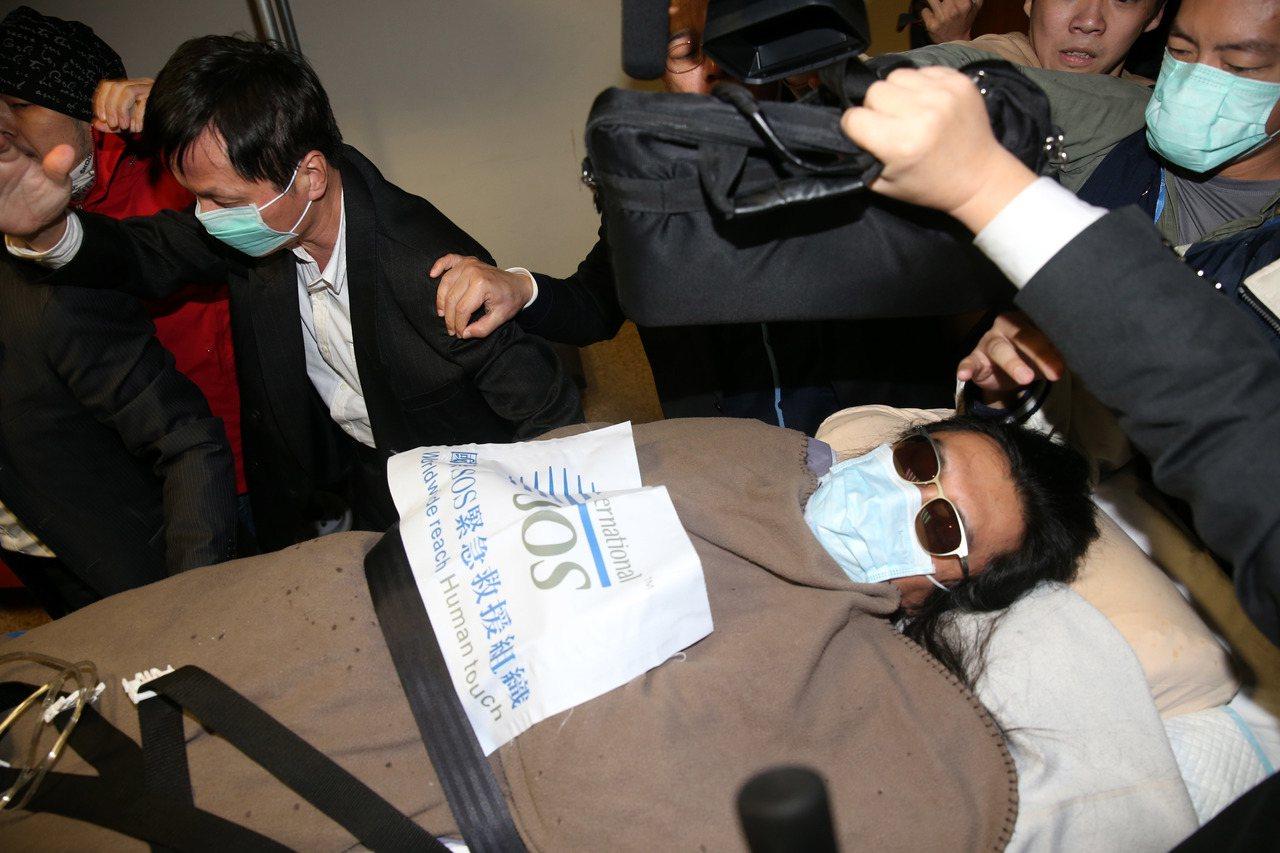黃安去年曾飛抵台北到振興醫院就醫,十餘位黑衣人護送黃安進入病房。本報資料照片 記...