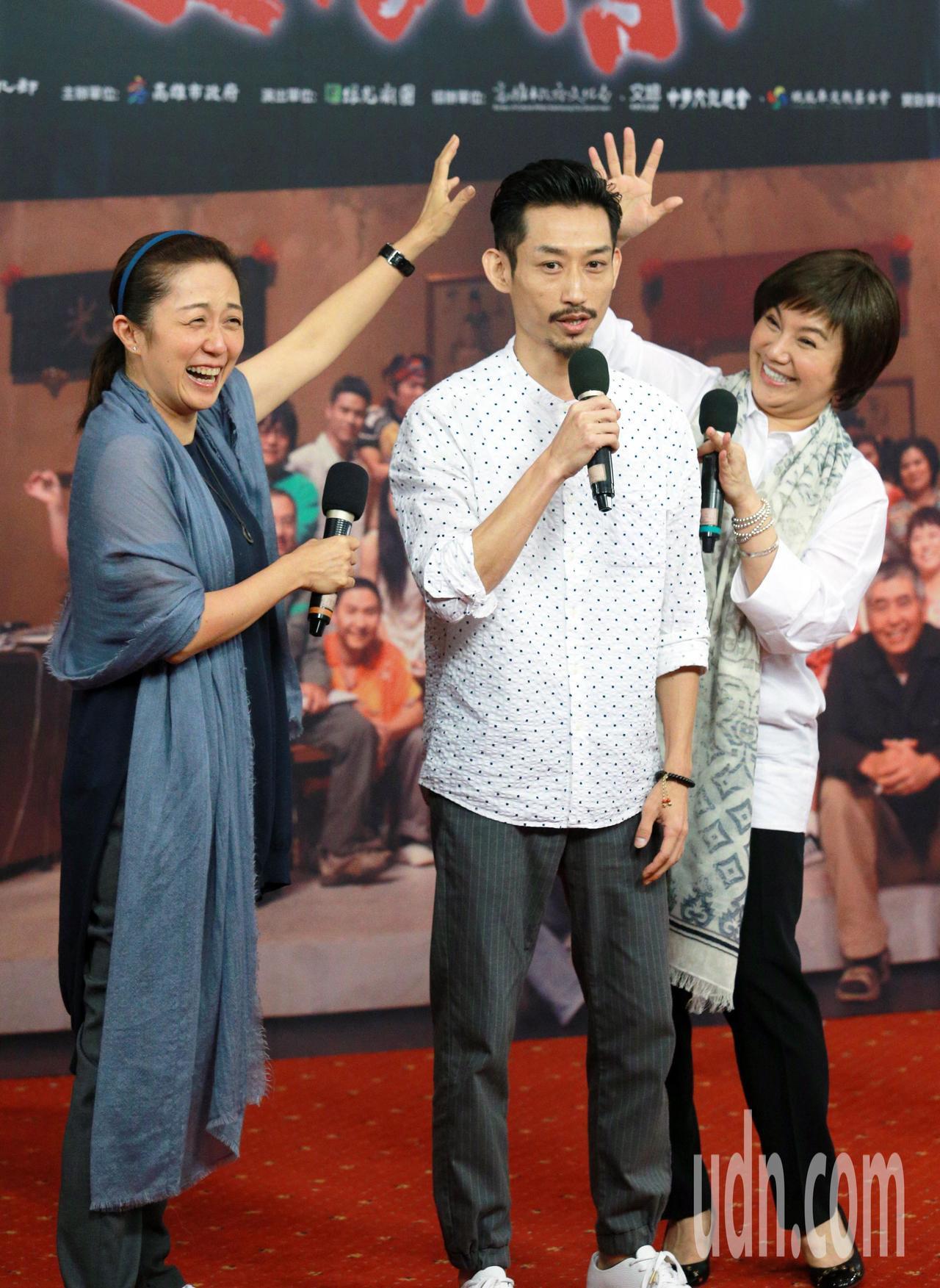 綠光劇團宣布「人間條件 I」12/9高雄免費演出,包括演員黃韻玲(左起)、陳竹昇...