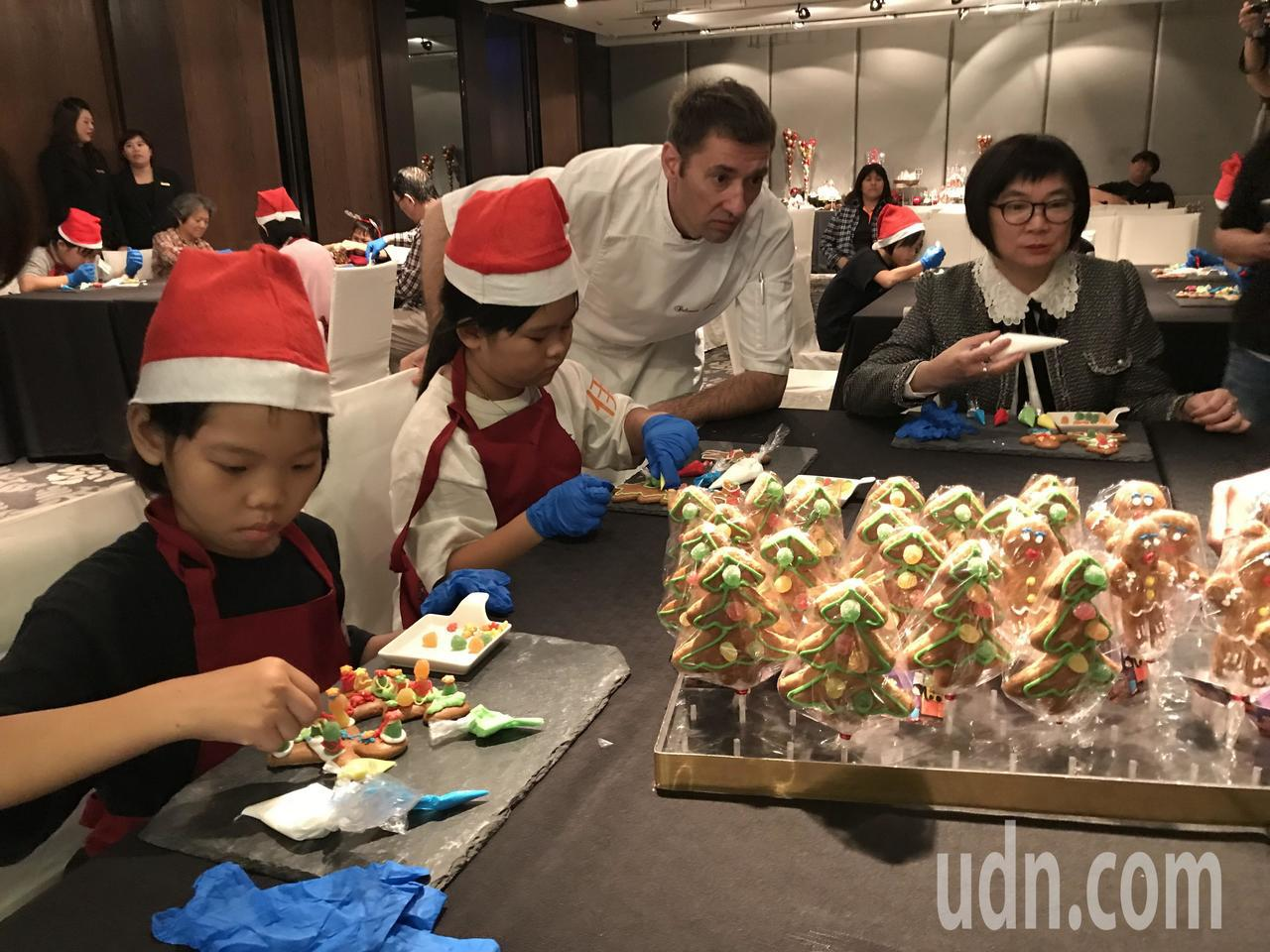 台南晶英酒店邀請永康橄欖園協會孩童與法籍甜點主廚一同製作薑餅人。記者綦守鈺/攝影