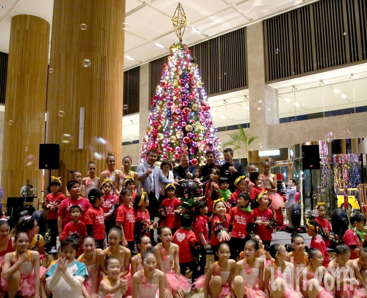 台南香格里拉飯店點亮20尺高耶誕樹,邀請家扶兒一同參與,歡慶耶誕。記者綦守鈺/攝...