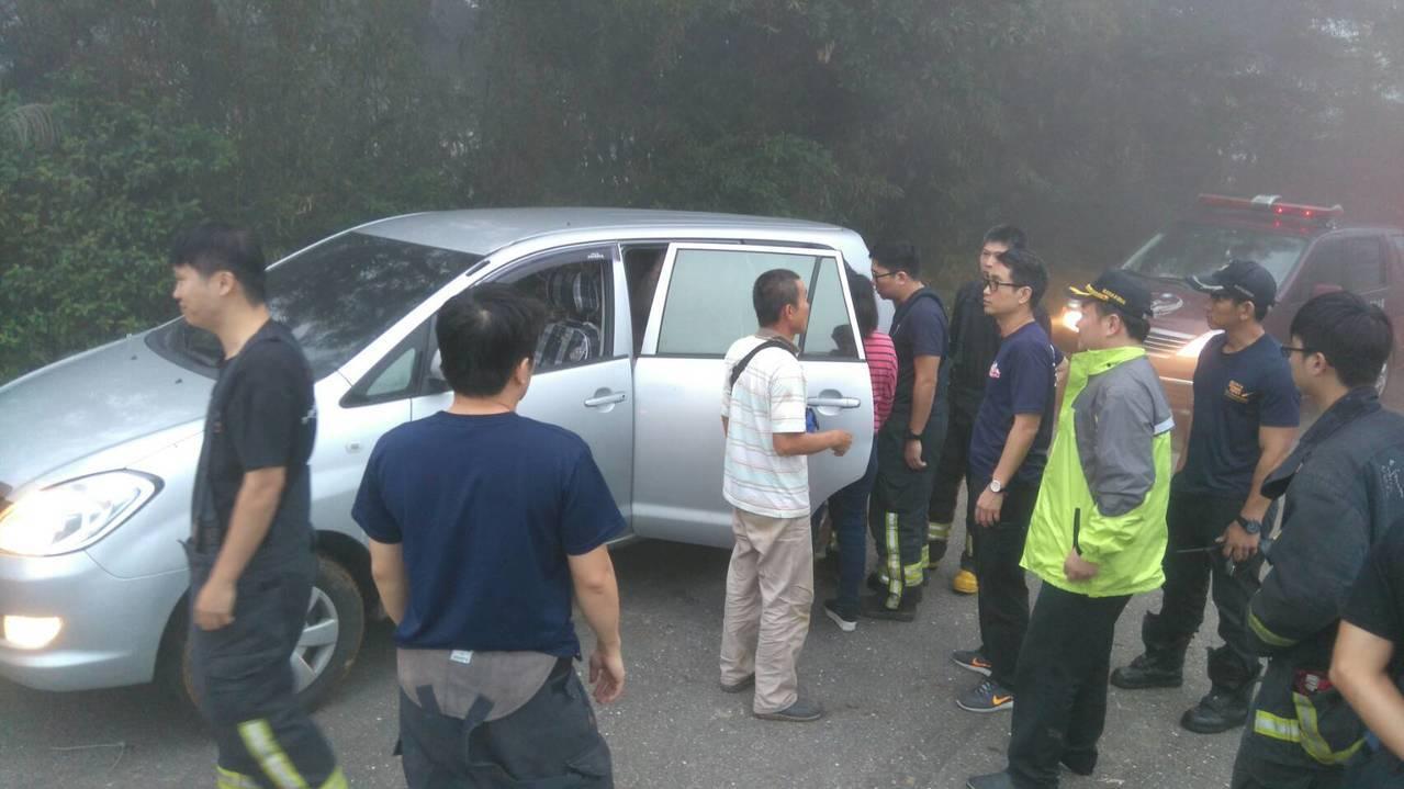 北海岸地區今天起大霧,民眾3人共乘1車在三芝區深山裡迷途近4、5個小時獲救。記者...