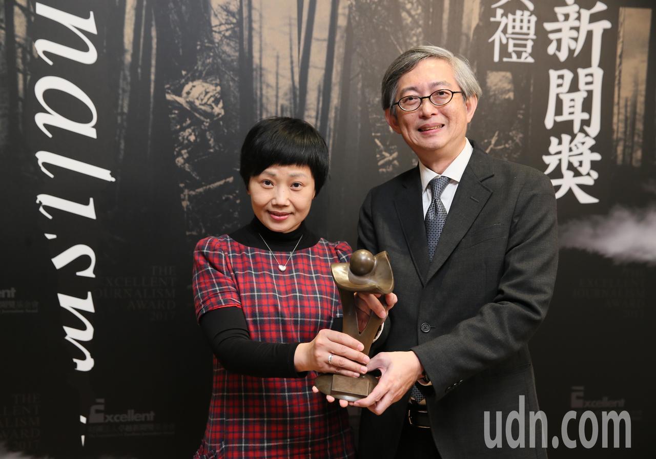 聯合晚報何振忠(右)和何定照(左)以「愛滋歧視在台灣─軍校生阿立的故事」獲得卓越...