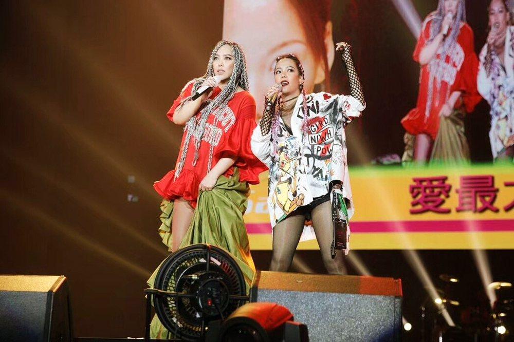 張惠妹(左)透露整張惠春整到妹妹手脫臼。圖/洹國際提供