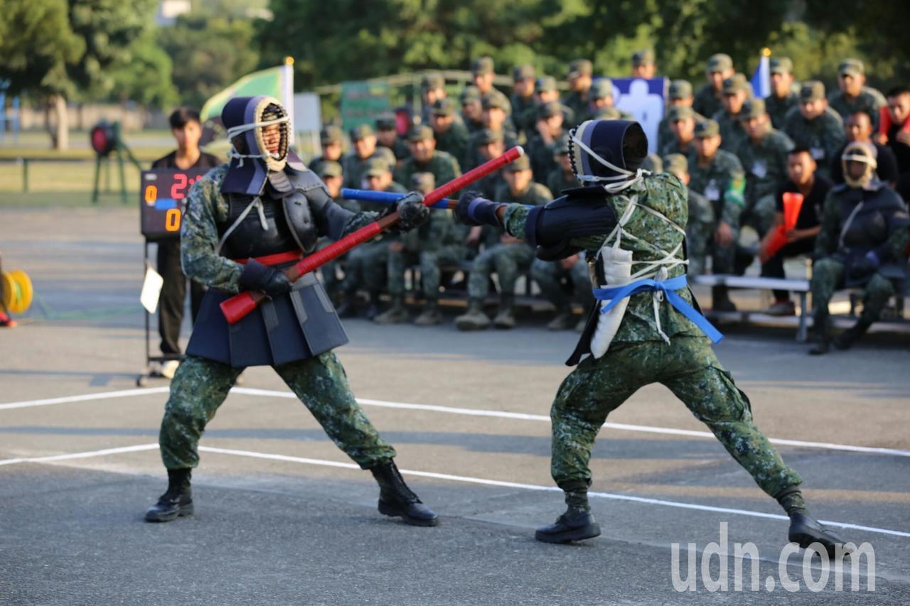 陸軍步兵訓練指揮部今天舉行體能戰技「刺槍術」對刺競賽,這項競賽從未對外開放,比賽...